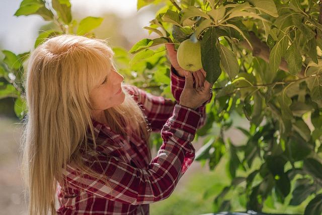 žena u jabloně