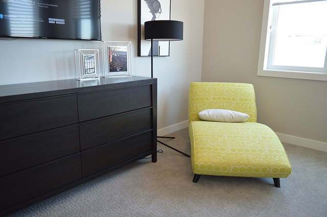 žluté sofa