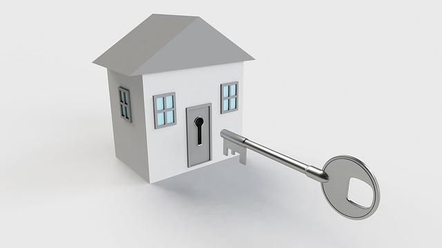 klíč před domkem