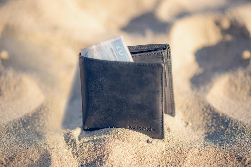 peněženka v písku