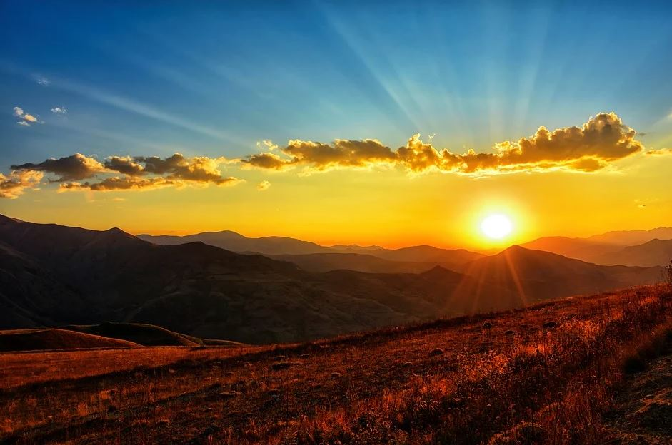 slunce v horách
